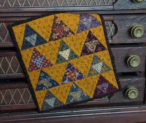 Mini pyramids quilt (1)
